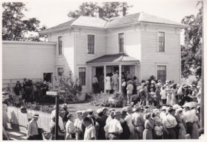 Visitors to the Hoover-Minthorn House Museum on opening day, August 10, 1955. Photo by Les Ordeman, courtesy of The Oregonian